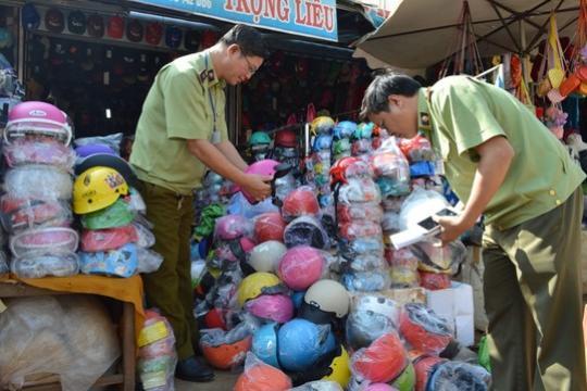 Hội chợ xuân bán mũ bảo hiểm giả hiệu Nón Sơn