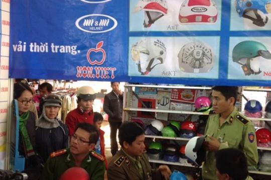 Phát hiện xưởng sản xuất mũ bảo hiểm có dấu hiệu giả quy mô lớn