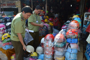 Tịch thu hàng trăm mũ bảo hiểm giả thương hiệu Nón Sơn tại hội chợ xuân 2015